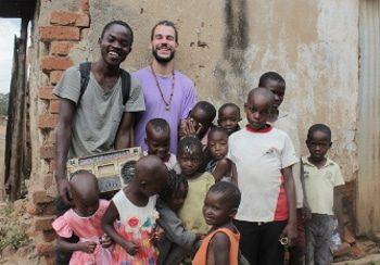 Freiwilligendienst umsorgt eine Gruppe Kinder