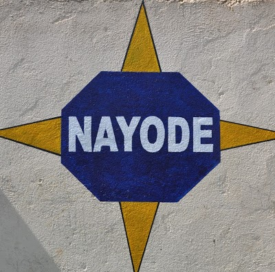 Gelb-blauer Stern mit Nayode Freiwilligendienst Logo