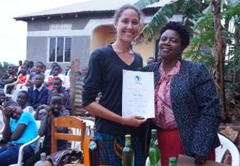 Zwei Frauen mit einem Zertifikat für Freiwilligendienst