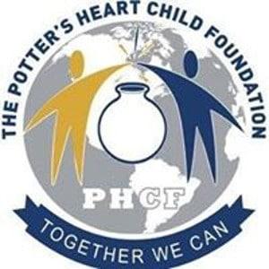 Zwei menschliche Silhouetten weltwaerts Projekt Logo PHCF