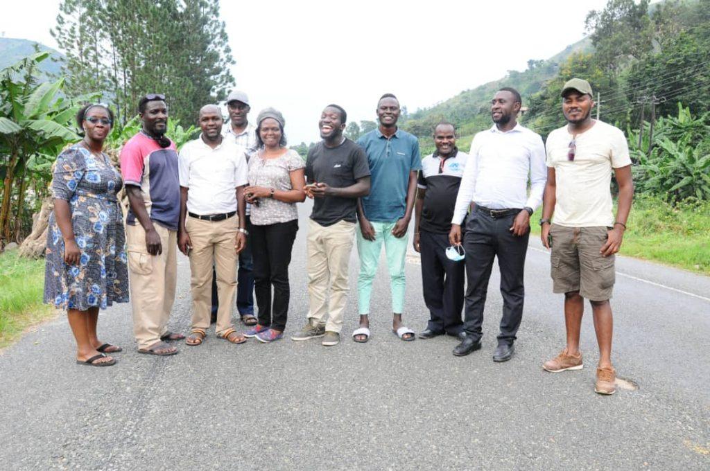 Vertreter:innen der Partnerorganisationen treffen sich am 11. Juli 2020 in Kasese - zum ersten Mal unabhängig von deutschen Freiwilligen.