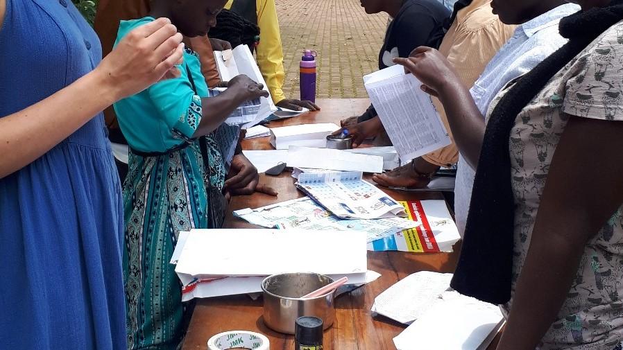 Workshop für Papiertaschen, in denen Straßenstände Lebensmittel wie Rolex anbieten