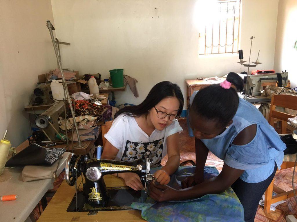 Hye-Seon (2018/19) lernt im Skills Development Centre nähen. Das Projekt begleitete sie mit Monitoring und stellte bei VUGA einen Antrag auf weitere Nähmaschinen.