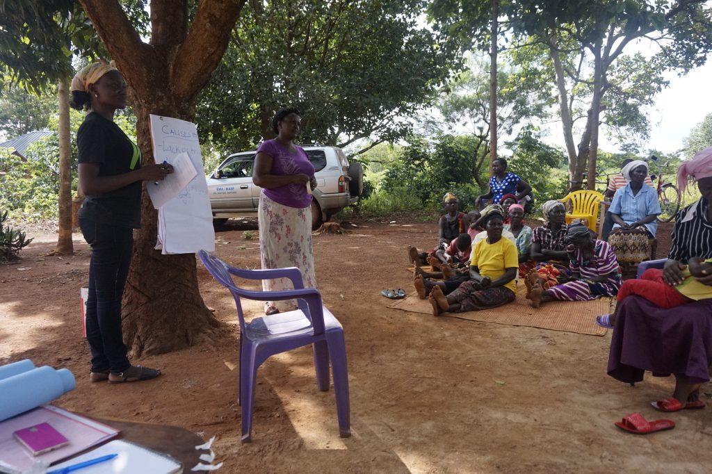 Patricia Adong leitet einen Workshop mit den mittelständischen Genossenschaften der Goldminenarbeiter:innen.