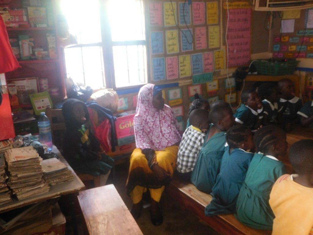 Teacher Qhasasa in der Vorschulklasse