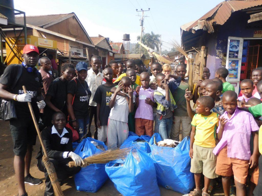 Eine gemeinsame Reinigungsaktion der Jugendgruppe von Little Light im Namuwongo Slum